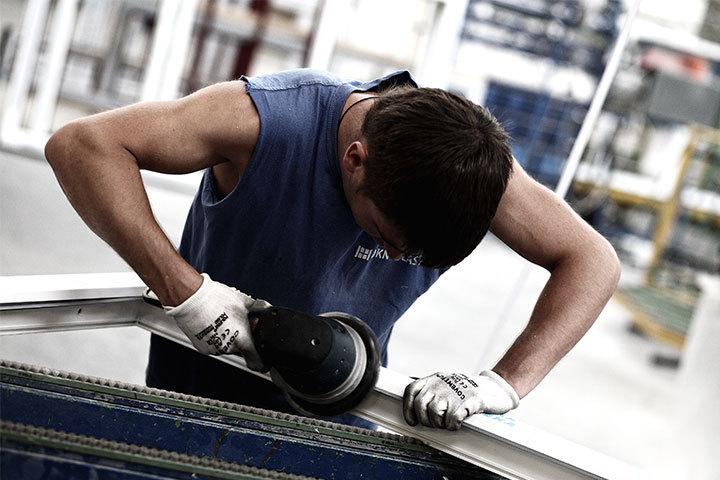 Coupe et usinage du profilé PVC <p>Les profilés sont coupés d'une taille standard de 6 mètres et usinés pour répondre aux spécificités de chaque commande : pose dans une construction…</p>